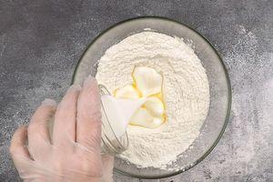 Затем добавить кефир и растопленное масло, замесить тесто.
