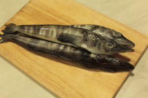Рыбу разморозить естественным путем на нижней полке холодильника. Разрезать вдоль брюшка, удалить внутренности, срезать плавники. Промыть, обсушить. Удалить головы.
