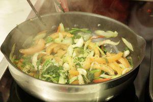Обжарить на раскаленной сковороде в оливковом масле грибы, лук, чеснок, перец чили. Поперчить, посолить. В конце добавить помидоры и петрушку. Жарить до готовности грибов.