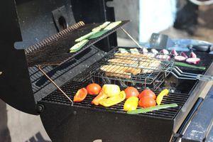 Обжарить на решетке рыбу с двух сторон по 1,5-2 минуты с каждой стороны.  Рядом обжарить овощи.