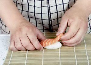 Слепите из риса шарики для суши.