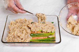 Затем выложить слой зеленого лука пером и закрыть белым фаршем.