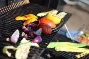Овощи гриль: перец нарезать крупными кусками, цуккини, баклажаны полосками или кружочками, толщиной 1,5см, лук дольками. Посолить, поперчить, сбрызнуть оливковым маслом.