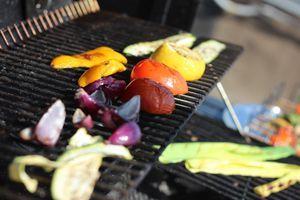Подготовить овощи гриль: перец нарезать крупными кусочками, лук красный дольками, помидоры на 2 части, цукини и баклажаны кружочками, толщиной 1-1,5см. Сбрызнуть оливковым маслом, посолить, поперчить. Обжарить на гриле.