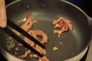 На раскаленную сковороду влить оливковое масло с тертым чесноком, добавить помидоры черри и слабосоленую рыбу. Слегка обжарить и влить рыбный бульон. Затем добавить пасту, выпарить 2-3 минуты.