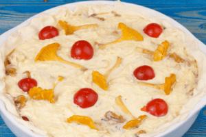 Сформировать края теста, украсить несколькими половинками помидор и отложенных грибов.  Поставить в разогретую до 190-200С духовку, запекать до готовности (примерно 20-25 минут).