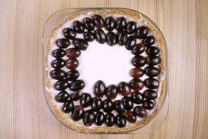 Готовый торт украсьте целыми ягодами (или половинками) винограда.