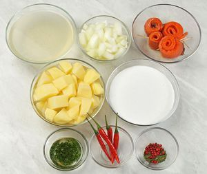 Рыбу разморозить естественным способом на нижней полке холодильника. Разрезать вдоль хребта на 2 пласта. Из плавников и костей сварить бульон. ! Можно взять готовое разделанное филе.  Лук нарезать произвольным кубиком. Картофель почистить и нарезать крупным кубиком. Петрушку промыть, мелко нарезать и залить растительным маслом.