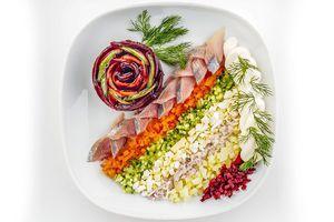 Сварите овощи: картофель, морковь, свеклу и яйца. Почистите репчатый лук.