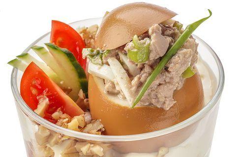 Салат из печени трески в коричневом яйце