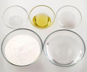 Приготовьте тесто для украшения. Для этого смешайте яйцо, соль, воду, масло растительное. Всыпьте муку и замесите эластичное тесто, как на пельмени. Накройте пищевой пленкой и дайте полежать 5-7 минут.