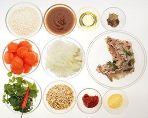 Бараньи ребра промойте, залейте холодной водой, варите до готовности (50-60 минут). Помидоры обдайте кипятком и снимите кожицу, лук почистите и нарежьте мелко. Грецкие орехи порубите.
