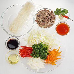 Куриные желудки промыть, залить холодной водой и варить 1-2 часа до готовности. Овощи нарезать тонкой соломкой. Рисовую лапшу отварить в кипящей подсоленной воде 3 минуты, затем залить холодной водой и слить через дуршлаг.