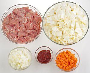 Куриные бедра нарежьте крупными кусочками. Капусту - квадратами 2х2см, морковь и лук - кубиком 0,5х0,5см.