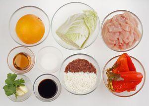 Куриное филе нарежьте тонкими брусочками, перец маринованный и капусту квадратиками примерно 1,5х1,5см. С апельсина снимите цедру и нарежьте ломтиками.
