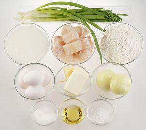 Рыбу разморозить естественным способом на нижней полке холодильника. Удалить кожу и кости, нарезать на мелкие кубики.