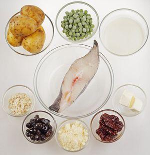 Стейк палтуса разморозить естественным способом на нижней полке холодильника, промыть, обсушить бумажным полотенцем. Картофель почистить, вяленые помидоры и оливки нарезать тонкой соломкой.