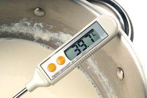 Доведите 1л кипяченого или ультрапастеризованного молока до температуре +37...+40С