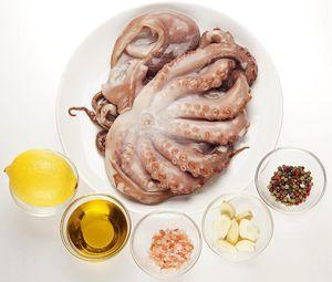 Осьминога разморозьте естественным способом на нижней полке холодильника. Промойте, обсушите бумажным полотенцем. Тарелку с размораживающимся осьминогом накройте пищевой пленкой. Осьминог не засохнет, другие блюда из холодильника не будут пахнуть морепродуктами.