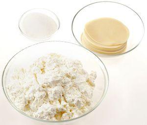 В творог добавьте соль, сахар по вкусу. Если творог жидковат, то можно добавить немного муки.