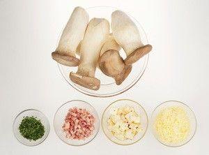 Необходимые продукты. Грудинку нарезать мелким кубиком, сыр натереть на крупной терке, зелень мелко порубить.