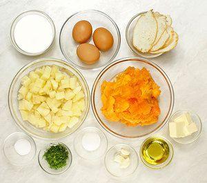 Картофель почистить, нарезать небольшими кубиками. Багет нарезать тонкими пластиками. Тыкву нарезать произвольными кусочками