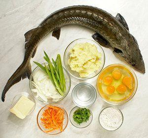 Картофель отварить в подсоленной воде, приготовить густое пюре, добавить яйцо, остудить. Осетра промыть от слизи, вырезать жабры. Натереть солью, дать полежать 5-10 минут. Лук репчатый и морковь нарезать тонкой соломкой
