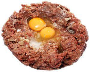 Мясо оленя разморозить естественным способом на нижней полке холодильника, зачистить от пленок и сухожилий. Пропустить через мясорубку 2 раза, добавив лук репчатый и замоченный в молоке хлеб. Посолить, поперчить по вкусу. Вбить в фарш яйца, хорошо перемешать.
