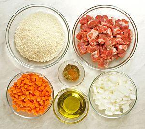 Если мясо замороженное, то разморозить естественным способом на нижней полке холодильника. Нарезать крупным кубиком. Лук и морковь нарезать крошкой.