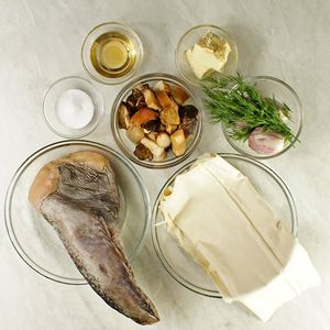 Морского черта разморозить естественным способом на нижней полке холодильника, срезать плавники, промыть. Белые грибы и тесто фило разморозить