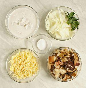 Грибы разморозить естественным способом на нижней полке холодильника. Лук нарезать тонкой соломкой, сыр натереть на крупной терке.