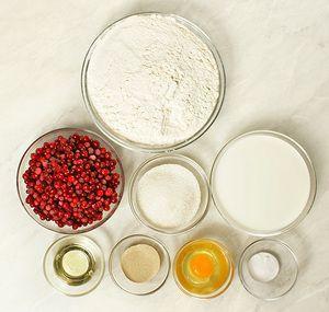 Бруснику разморозить естественным способом на нижней полке холодильника, если много сока, то слить его и сделать вкусный морс. Муку просеять