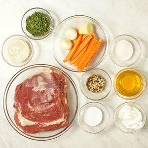 Если свинина замороженная, то разморозить естественным способом на нижней полке холодильника. Мясо промыть, обсушить бумажным полотенцем. Морковь нарезать длинными брусочками, чеснок на небольшие кусочки