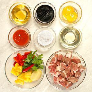 Свинину взять охлажденную или разморозить естественным способом на нижней полке холодильника. Нарезать кубиком примерно 2,5*2,5см. Перец сладкий очистить от семян и нарезать квадратиками по размеру мяса
