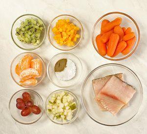 Морковь-мини отварить, хурму, киви и грушу нарезать мелким кубиком. Мандарин очистить (нам понадобится сок). Чира разморозить естественным способом на нижней полке холодильника, разделать на чистое филе на коже без костей. Нарезать на прямоугольные кусочки.