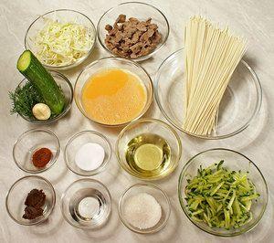 Говядину отварить до готовности в подсоленной со специями воде. Огурцы нарезать тонкой соломкой, посыпать солью, дать постоять, слить лишний сок. Капусту нарезать тонкой соломкой, посыпать солью.