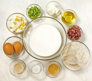 Для припека: отварите яйцо. Нарежьте небольшими кубиками яйцо, колбасу. Зеленый лук-крошкой.
