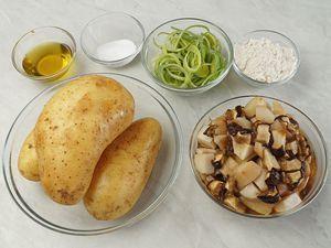 Грибы разморозьте естественным способом на нижней полке холодильника. Промойте, обсушите бумажным полотенцем. Лук порей нарежьте тонкими кольцами. Картофель очистите.
