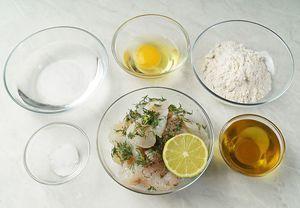 Филе судака разморозить естественным способом на нижней полке холодильника. Снять с кожи. Промокнуть бумажным полотенцем. Нарезать произвольными полосками. Сбрызнуть соком лайма, посолить, поперчить по вкусу, добавить нарезанную зелень. Оставить на 5-6 минут в маринаде.
