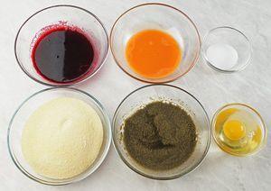 Свеклу и морковь натрите на мелкой терке, отожмите сок с помощью марли или через сито. Замочите порошок ламинарии в небольшом количестве холодной кипяченой воды.