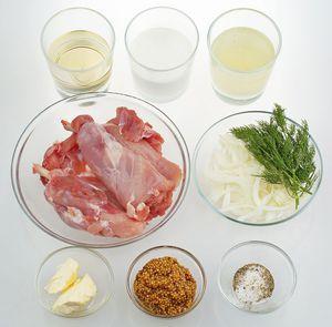 Лук нарезать соломкой. Ножки кролика разрезать вдоль косточки, аккуратно отделить мясо от кости, развернуть пластом, толщиной примерно 1 см. Отдельно приготовить бульон из костей кролика.