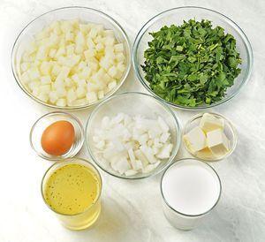 Картофель и лук почистить, нарезать кубиком 1х1см. Сварить куриный бульон. Зелень промыть, обсушить бумажными полотенцами и нарезать не очень мелко.