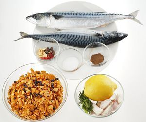 В ольховые опилки добавьте можжевельник, залейте водой и дайте настояться 30 минут. Разморозьте рыбу естественным способом на нижней полке холодильника.