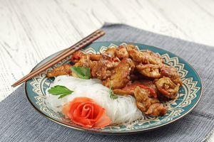 Подать индейку с рисовой лапшой и зеленью.