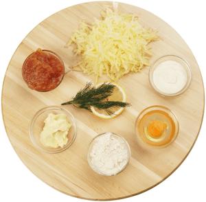 Картофель потереть на крупной терке, сбрызнуть лимонным соком. Икру трески разморозить естественным способом, отделить от ястыков.