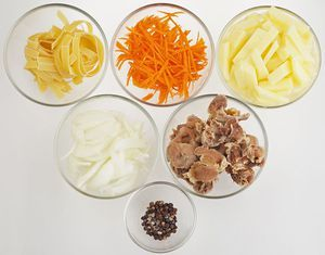 Куриные желудки промойте, залейте холодной водой, варите 1-2 часа до готовности. Морковь и лук нарежьте соломкой. Картофель - брусочком.