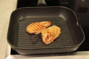 Замаринованную куриную грудку обжарить на сковороде ( у кого есть гриль, то лучше на гриле) по 3 минуты с каждой стороны. Нарезать наискосок острым ножом.