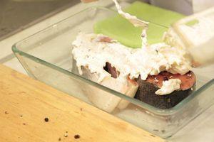 Отдельно смешать сметану, тертый сыр. Залить смесью рыбу и поставить в разогретую до 200 С духовку. Готовить 15-20 минут, до золотистой корочки.