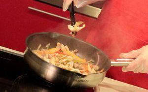 В сковороду с растительным маслом опускаем рубленый чеснок и свинину. Обжариваем 4 минуты . Добавляем перец, лук, морковь, грибы и побеги бамбука консервированные.