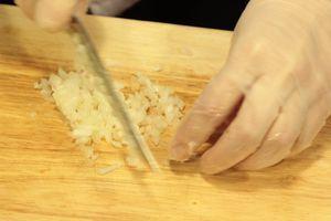 Сделать заправку: нарезанные мелко укроп и петрушку смешать с 4 ложками оливкового масла, горчицей, солью, сахаром, перцем, уксусом и пробить блендером до однородной консистенции.